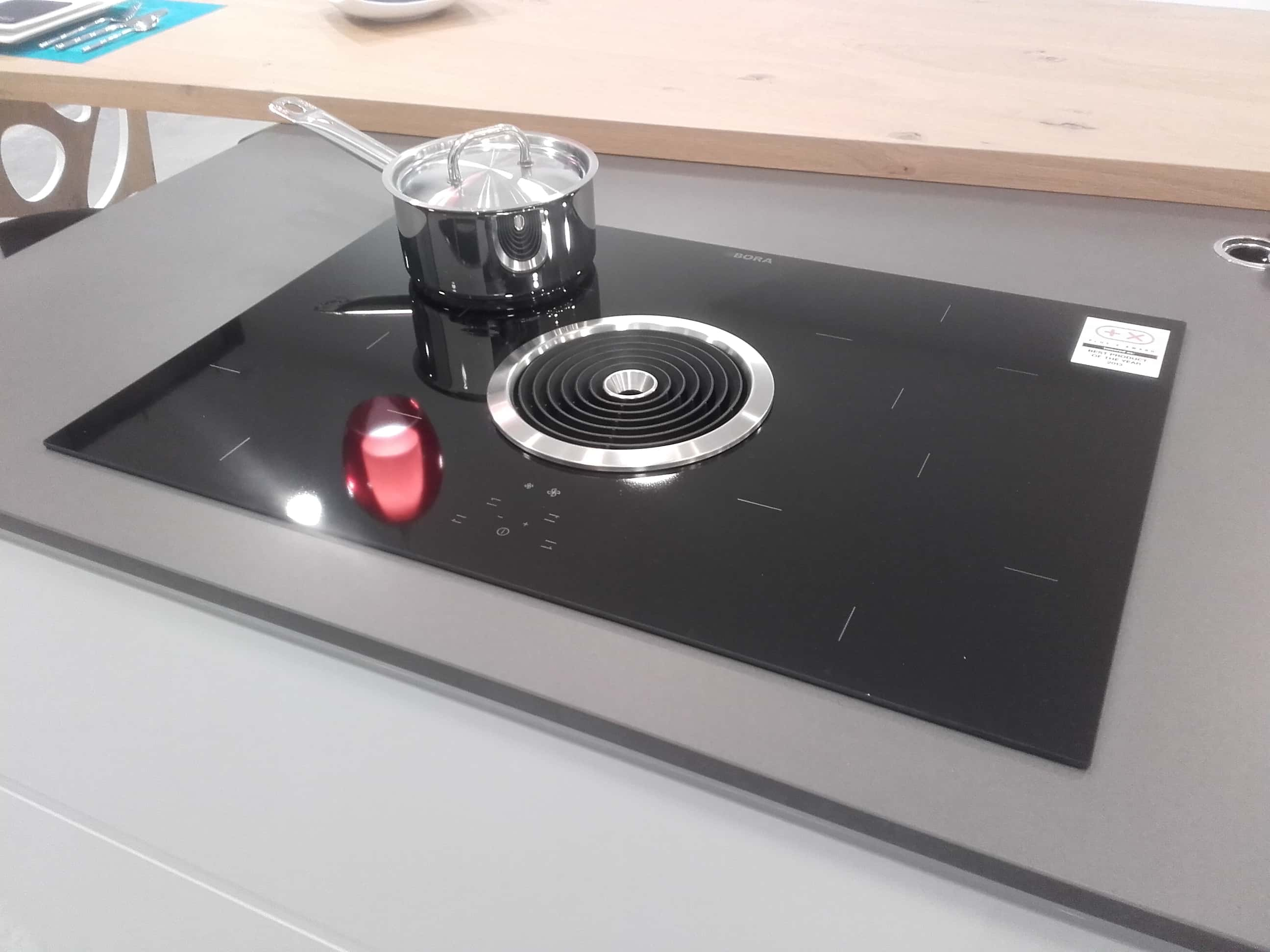 Table de cuisson induction avec dispositif aspirant BORA BASIC, cuisiniste Pornic 44.