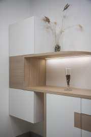 Mobilier de Pièce de Vie moderne EVM Création, façades laquées blanches, étagères massives sur mesure avec éclairage intégré
